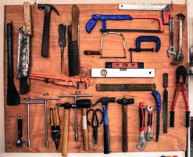 Hulpmiddelen van de oude ambachtsman op een houten bord