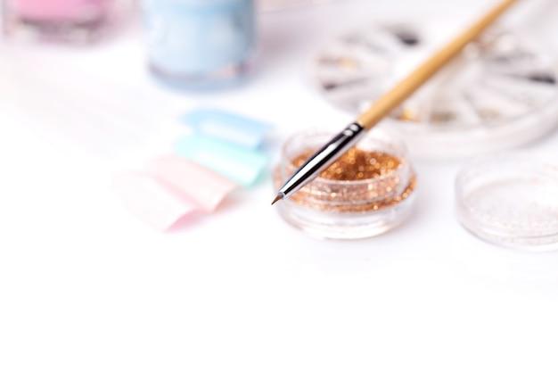Hulpmiddelen van een manicureset op een wit oppervlak