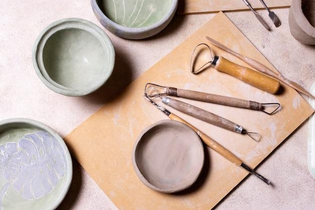 Hulpmiddelen voor aardewerk op tafel