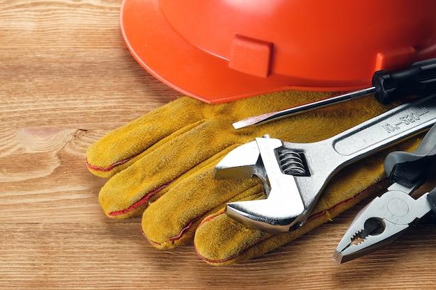 Hulpmiddelen voor bouw en reparatie op een houten tafel