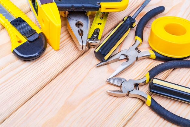 Hulpmiddelen voor bouwmeester en toebehoren op houten planken