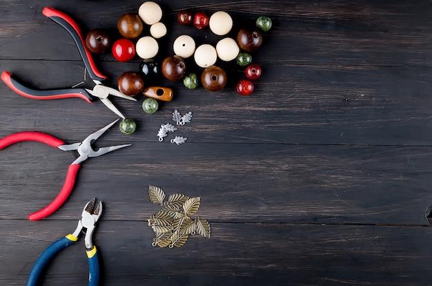 Hulpmiddelen voor handgemaakte sieraden. kralen, tang en draad