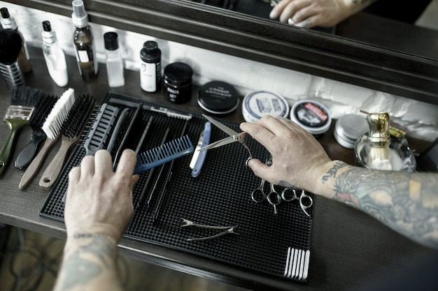 Hulpmiddelen voor het knippen van bovenaanzicht van baardkapper vintage instrumenten van kapper op houten achtergrond
