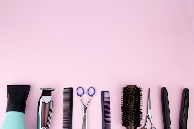Hulpmiddelen voor het knippen van haar ruimte voor de tekst kappershulpmiddelen op het bureaublad van een schoonheidssalon