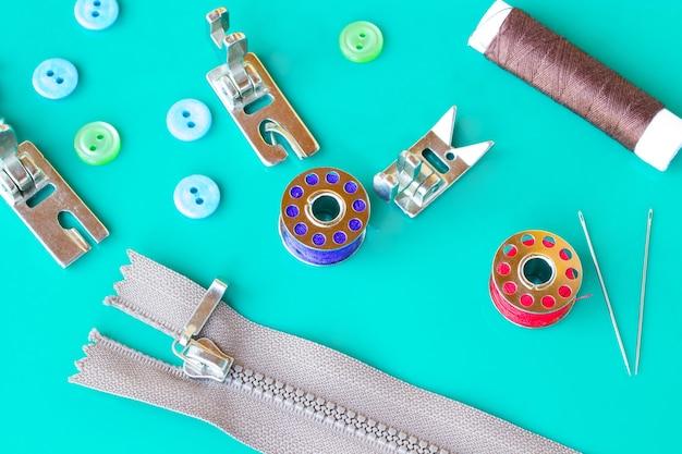 Hulpmiddelen voor het naaien: draden en klossen, naalden en ritssluiting