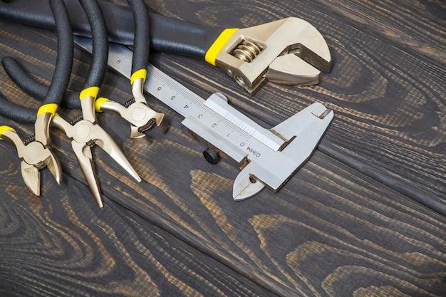 Hulpmiddelen voor loodgieters op houten zwarte planken
