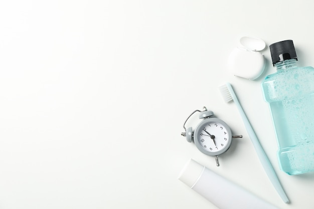 Hulpmiddelen voor tandheelkundige zorg op wit oppervlak