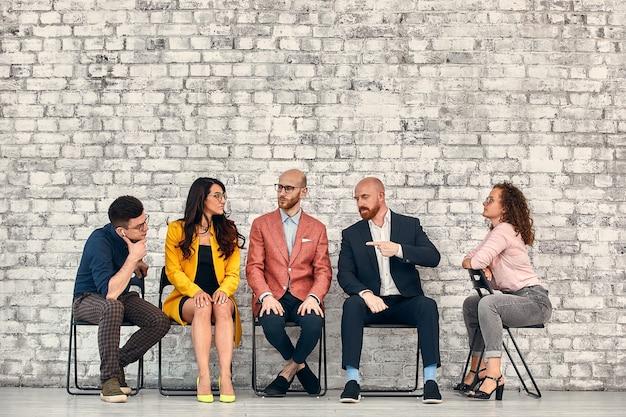 Human resources interview recruitment job concept mensen wachten in de rij voor sollicitatiegesprekken.