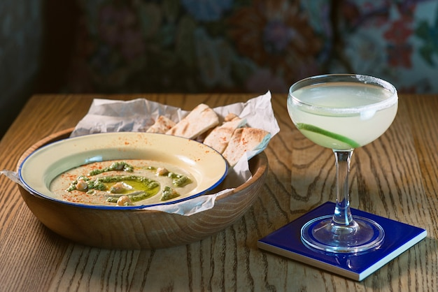 Hummus in het bord met wit brood