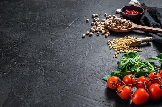 Hummus-ingrediënten, knoflook, kikkererwten, pijnboompitten, basilicum, peper.