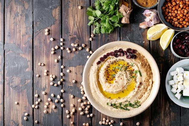 Hummus met olijfolie en gemalen komijn