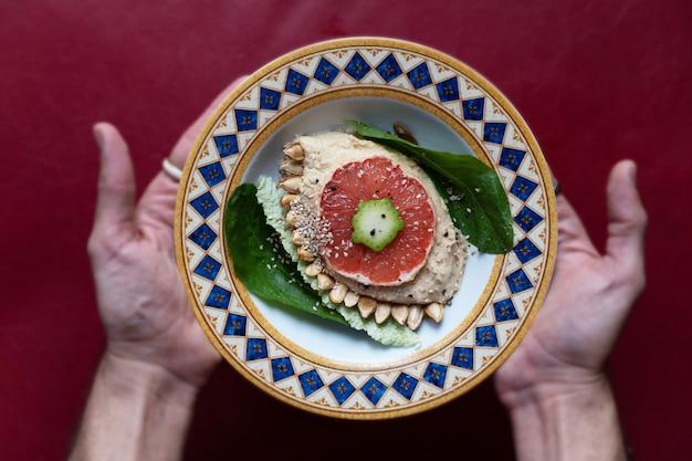 Hummus met sesam- en pompoenpitten en granaatappelvinaigrette
