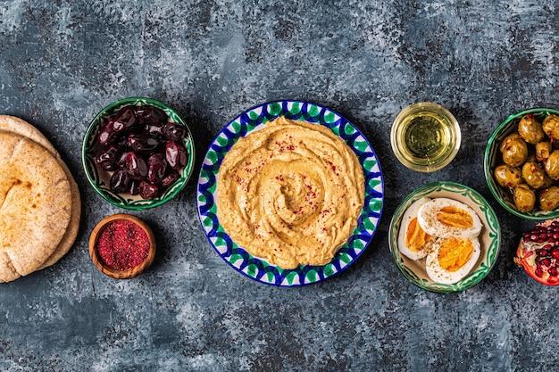 Hummus - traditioneel gerecht uit de israëlische en midden-oosterse keuken, bovenaanzicht.