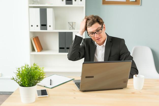 Humor, grap en mensen bedrijfsconcept - grappige man moe na het werken op de computer in kantoor