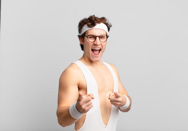 Humoristische sportman die zich gelukkig, cool, tevreden, ontspannen en succesvol voelt, naar de camera wijst en jou kiest