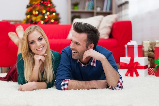 Hun liefde delen in de kersttijd
