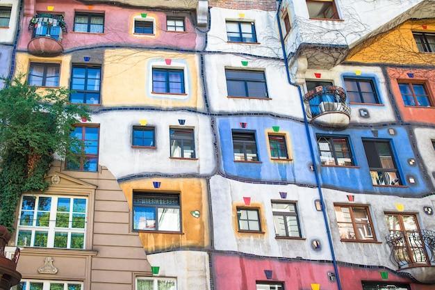 Hundertwasser-huis met een tuin boven in wenen, oostenrijk