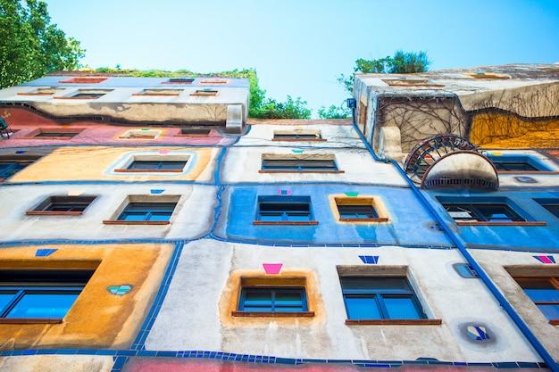 Hundertwasserhuis met een tuin boven in wenen, oostenrijk