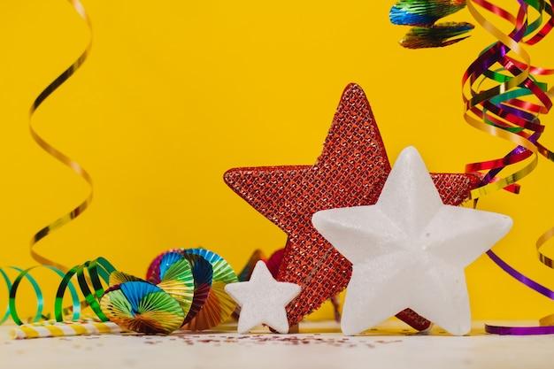Hung slangen met een gele achtergrond en de sterren