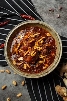 Hunglaecurry met kruiden en varkensvlees, lokaal voedsel in noordelijk thailand.