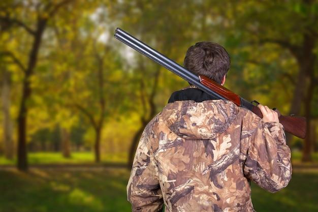 Hunter met zijn geweer