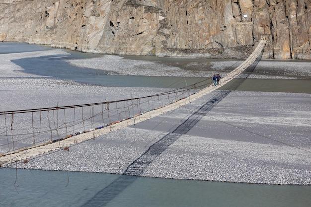 Hussaini hangbrug over de hunza rivier pakistan