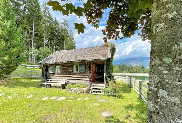 Hut in de bergen naast een meer in de oostenrijkse alpen in oostenrijk
