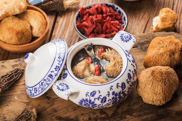 Hutspot van de hericiumpaddestoel de zwarte kip, chinese keuken