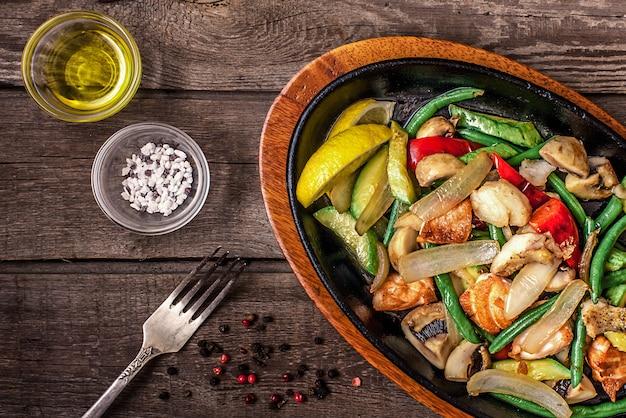 Hutspotkip met groenten en paddestoelen