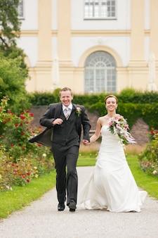 Huwelijk, bruid en bruidegom in een park