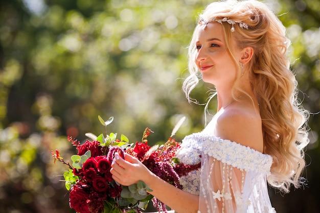 Huwelijk van een jong stel met een wandeling door het groene park.