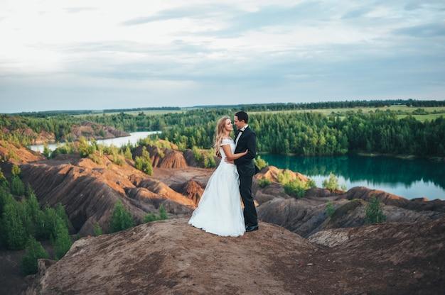 Huwelijk van een mooi paar tegen de achtergrond van een kloof