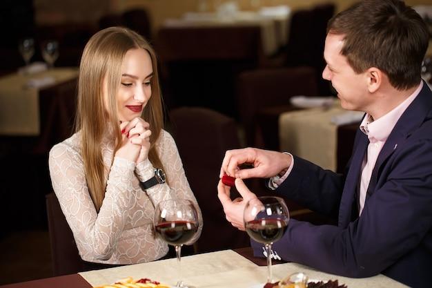 Huwelijksaanzoek in een restaurant