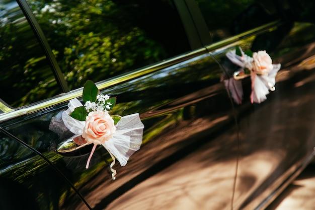 Huwelijksauto met bloemen wordt verfraaid die