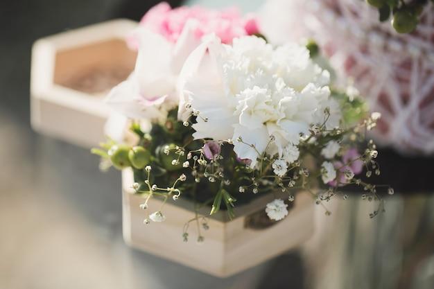 Huwelijksbloemen bij de ceremonie
