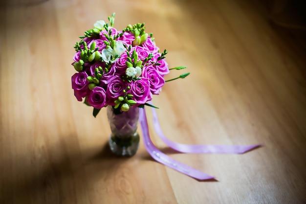 Huwelijksbloemen, huwelijksboeket van mooie roze rozen en witte bloemen, roze boeket, huwelijksvoorbereiding