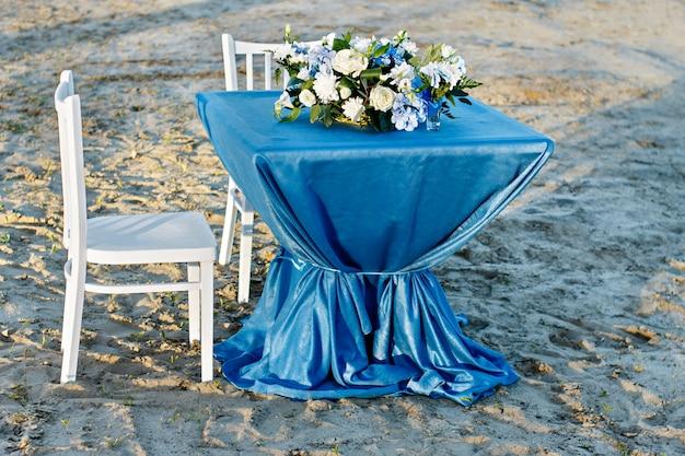 Huwelijksbloemen in de zomer. verlaat de huwelijksceremonie aan het water. bloemendecor. bruiloft bloemen.