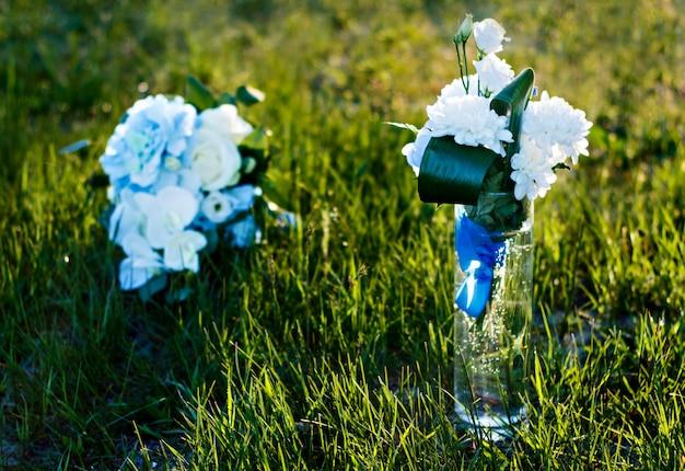 Huwelijksbloemen in de zomer. verlaat de huwelijksceremonie aan het water.