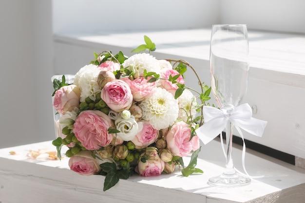 Huwelijksboeket en champagneglas