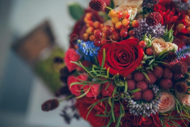 Huwelijksboeket in bohostijl met bessen en bloemen