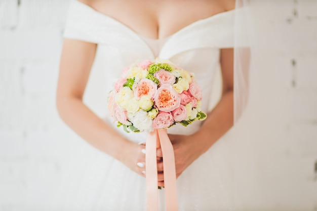Huwelijksboeket in handen van de bruid.