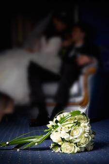 Huwelijksboeket met het huwelijkspaar in