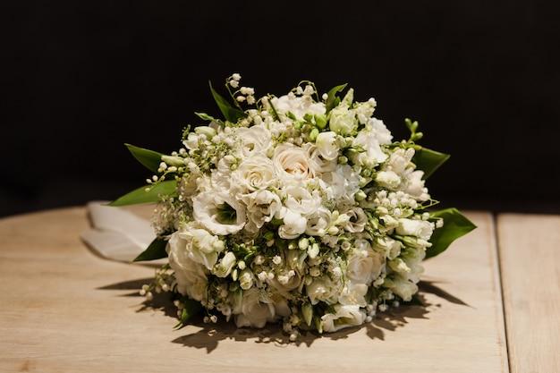 Huwelijksboeket met voor bruid. zacht boeket voor een chique bruiloft.