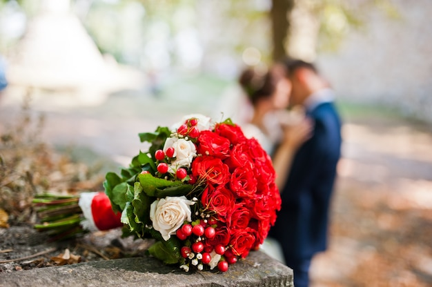 Huwelijksboeket met witte en rode rozen