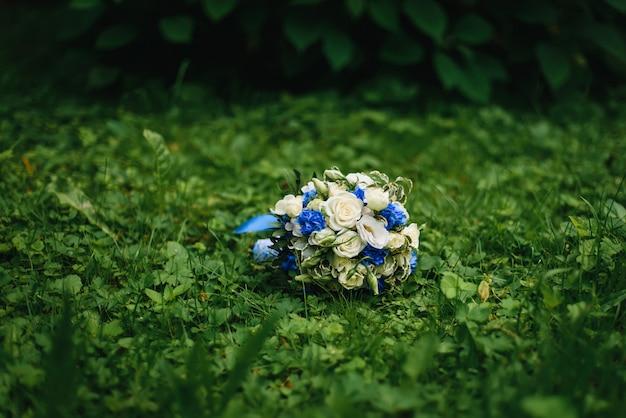 Huwelijksboeket met witte rozen en blauwe bloemen