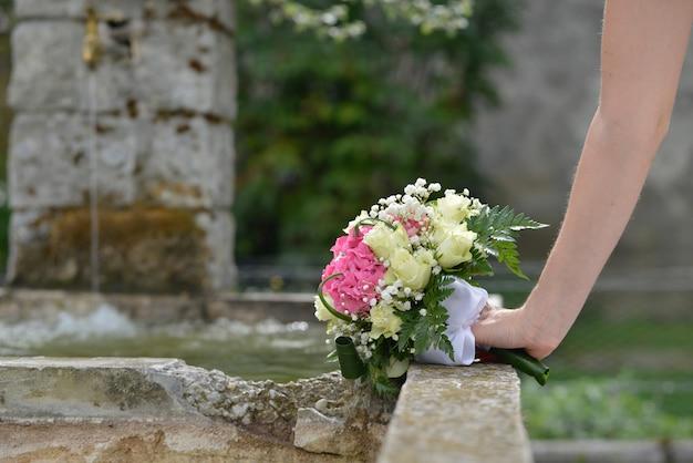 Huwelijksboeket van bloemen in hand de bruid
