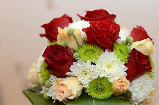 Huwelijksboeket van rode rozen en witte bloemen close-up