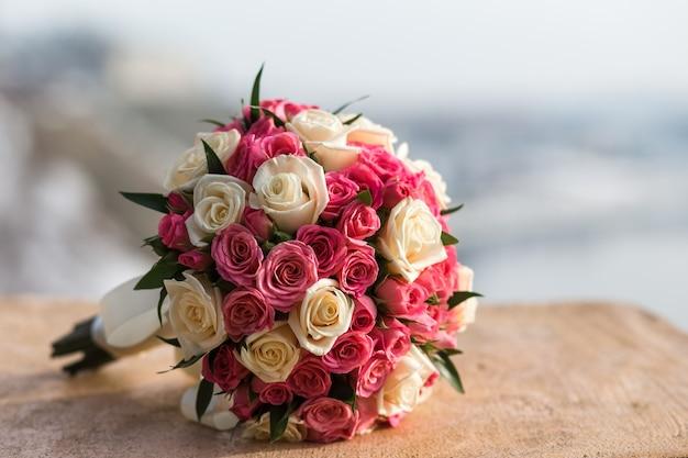 Huwelijksboeket van rode witte rozen