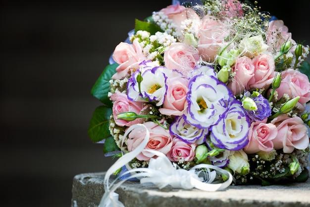 Huwelijksboeket van roze rozen
