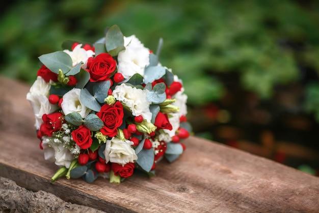 Huwelijksboeket van rozen op houten oppervlakte